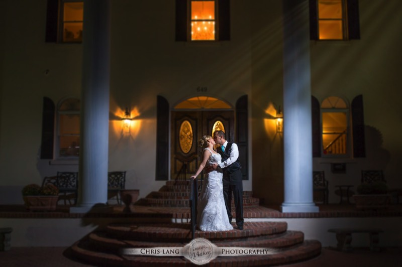 Nght Time Wedidng Picture Of Newlyweds Kissing Under The Moonlight Nighttime Wedding Photograpy