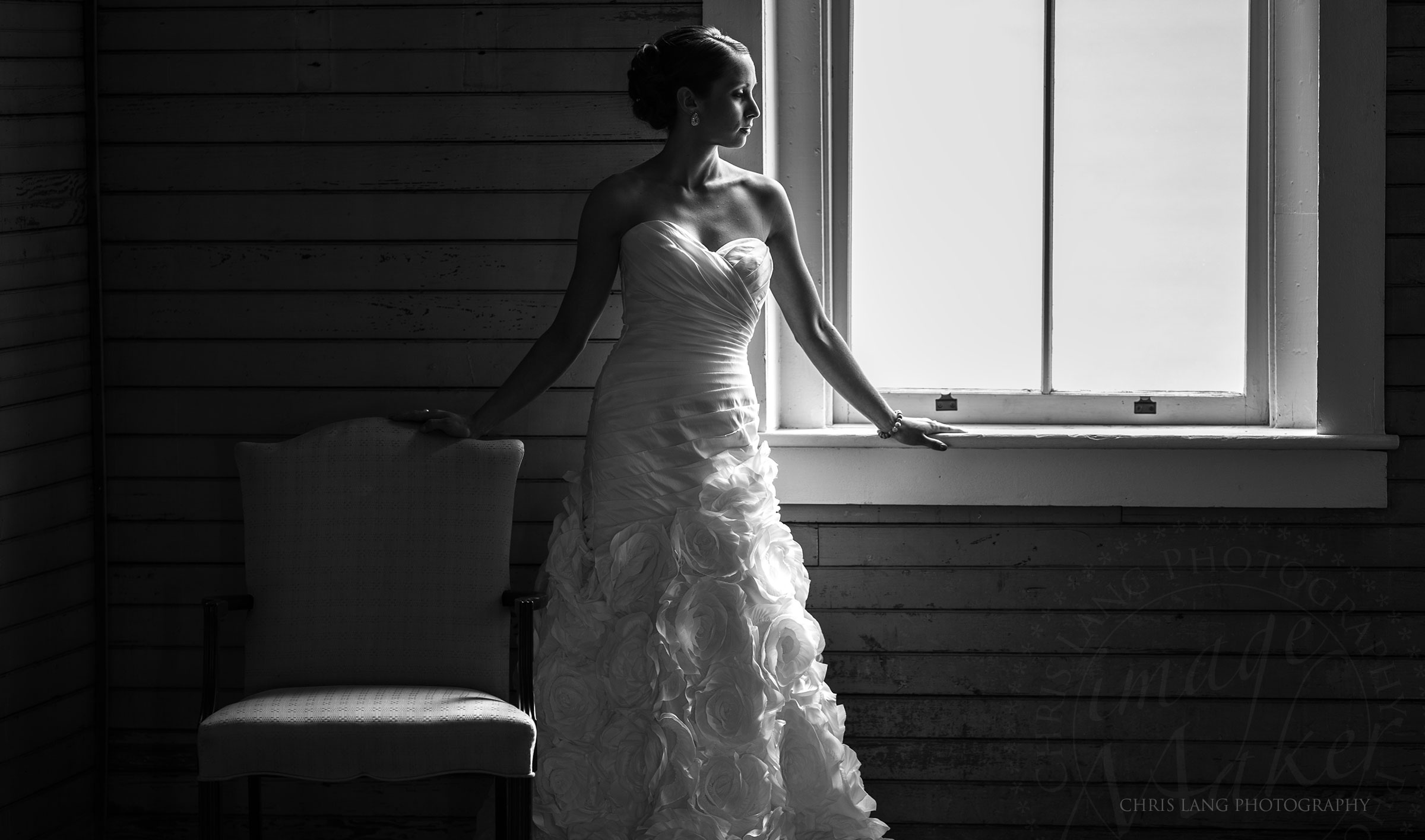 Picture of a bride in her wedding dress in downtown wilmington nc photography